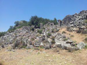 Pinara Antik Kenti'nin oraya buraya savrulmuş lahitleri.