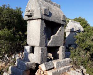 Kyaenai Antik Kenti'nin lahitlerinin içinde değil, taşın maddesinde de değerli bir şeyler arayan insanlar bilmiyorlar ki, asıl değer o taş olarak gördükleri lahidin kendisinde.