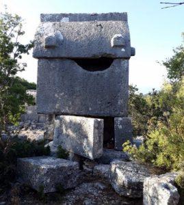 Kyaenai Antik Kenti'nin lahitleri de diğerleri gibi oldukça tahrip olmuş durumda.