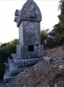 Kyaenai Antik Kenti'nin lahitleri de diğer antik kentlerdeki gibi değer görmeyi bekliyor. Topluma bu bilinci gereğince vermek insanlık tarihine olan sorumluluğumuzdur.