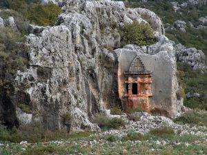 Soura Antik Kenti'nde tipik bir kaya mezarı. İnsan bu yapıya baktıkça eskiden insanların mabet anlayışının daha sonra farklı dinlere mimarisiyle d ene şekilde evrildiğini bizlere yeterince anlatıyor. Sizce de kiliseler sonra da camiler bu mimariden nasibini almamış mı?