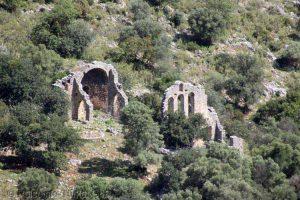 Soura Antik Kenti'nin bazı kamusal kalıntıları ayağa kaldırılmayı bekliyorlar.