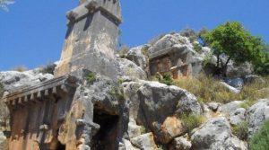 Soura Antik Kentinde üstü lahit olan anıtsal mezar, Likya'daki en büyük lahit olarak biliniyor.