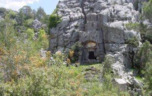Soura Antik Kenti bir kaya anıt mezarı. Böylesi değerli bir sahip olduğumuzu göstermek istiyorsak onlara sahip çıkmalıyız.