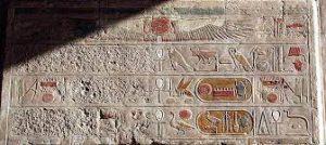 Dei El Bahari tapınağının Hatshepsut adında sansürlü bir yazıtı Fotoğraf: Hedwig Storch – Source