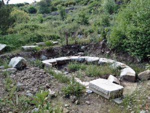 Thera Antik Kenti'nde tapınak izlenimi veren kalıntı.