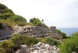 Liman caddesinin iki yanında üç basamaktan oluşan krepis vardır ve bunların arasında yer yer heykellerin olduğu kaidelerden anlaşılmaktadır.