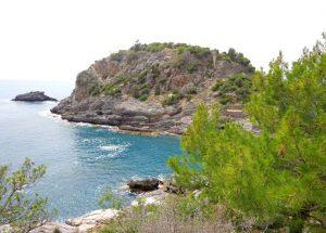 Hamamın hemen karşısındaki adada Iotape Antik Kenti'nin şehir merkezi yer almaktadır.