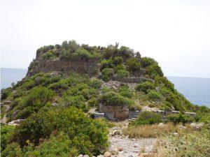Kentin etrafını çevreleyen surlar kale görünümü vermektedir.