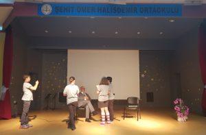 Çocuklar Sanatçı Ahmet Kanneci'yle yapacakları röpörtajda o kadar güzel hazırlanmışlardı ki, kameraya alanlar, sorularını sırayla soranlar ve en önemlisi de ciddiyetleri, görülmeye değerdi.