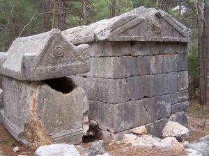 Tipik lahitler ve kesme taşlarla daha geniş oda biçiminde yapılmış değişik lahit örnekleri, nekropol alanında oldukça dikkat çeken eserlerdendir.