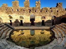 Kibyra Antik Kenti'nin tiyatrosunun sahne tabanında Medusa mozaikleri vardır.