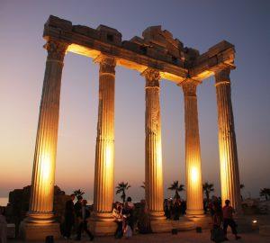 Apollon Tapınağının muhteşem aydınlatması.