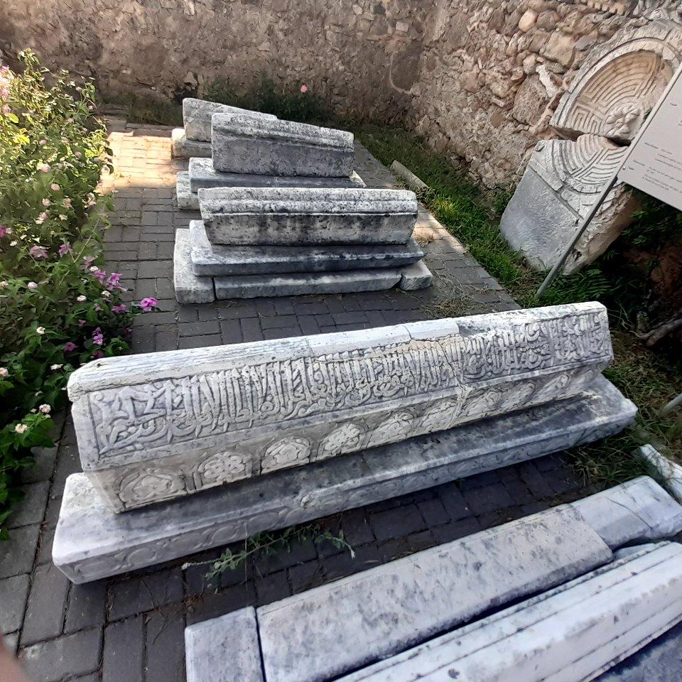 Side Antik Kenti'nin Müzesi'nin bahçesinde Selçuklu Dönemi'ne ait mermer mezarlar.