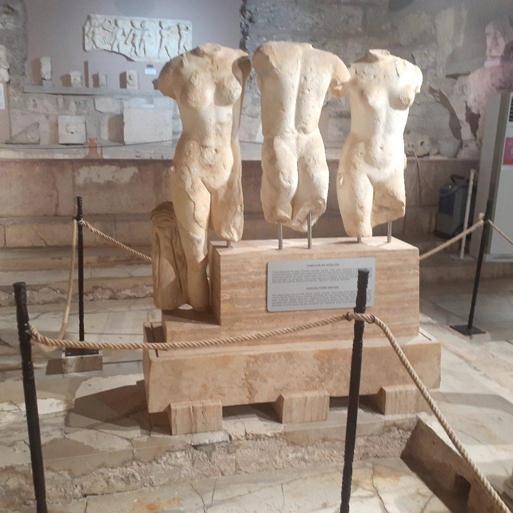 Side Antik Kenti'nde üç güzeller olarak adlandırılan Harides Heykeli.