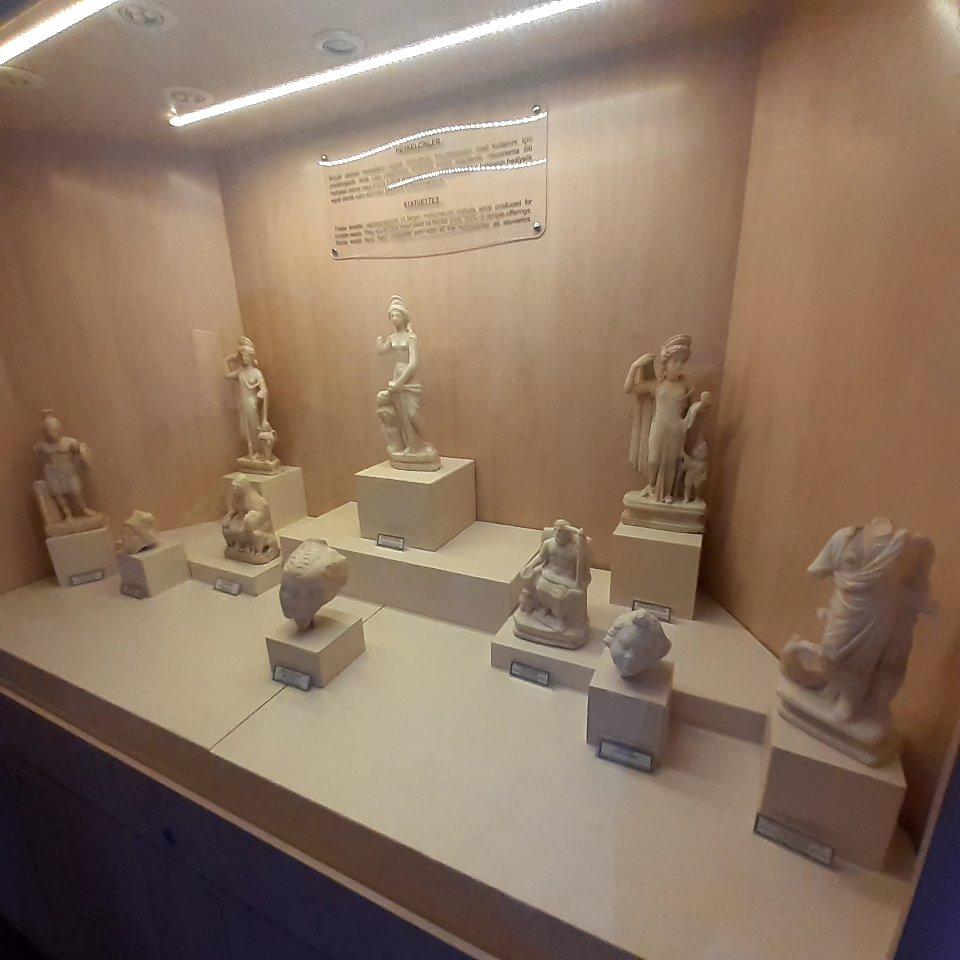 Antik dönemlerde bir tanrıyı, lideri büyük mermerlere nasıl betimleyip heykellerini yapmışlarsa bunların minyatürlerini d eyapmışlar. Sanırım bu küçük heykelcikler de evlerin belli mekanlarını süslüyordu.  Sidelilere ait bu eserlerin daha çok durumu iyi olan zengin ailelerin evlerinde yer alması muhtemel gibi görünüyor.