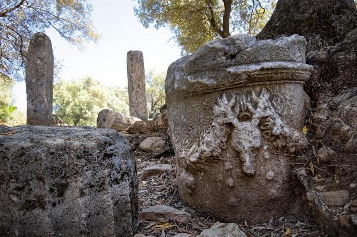 Kedrai Antik Kenti'nde Apollon Tapınağı. Sütunun üstünde yer alan boynuzlu geyik kabartması ise adak için mi tercih edilen hayvan olarak mı algılanmalı, yoksa tapınağı korumak için mi yapılmış; veri olmayınca tahminden öteye gidilemiyor.