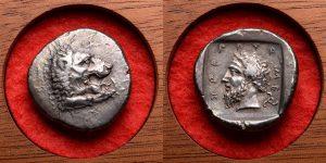 """""""Podalia Definesi"""" içerisinde yer alan gümüş sikkelerden biri. 1957 Podalia hazinesinin bir parçası olarak keşfedilmiş. Yaşayan bir adamı tasvir eden en eski sikkelerden birinin son derece iyi kanıtlanmış bir örneği olarak tarihi de önemli ölçüde aydınlatıyor. MÖ 380-360 dolaylarında basılan bu sikke hanedan Mihridat'ya ait. Sikkenin ön yüzünde vahşi, kükreyen bir aslan var. Arka yüzünde ise Likya Hükümdarı Mihtidat. Bu sikke Mihridat'a ait yaygın olarak bilinen ilk canlı portrelerinden biri. Bu sikkeler Anadolu Pers kontrolündeki hanedanlar altındayken Klasik Dönem'in sonlarında Likya sikkelerinde ortaya çıktı. Mithradat'nın yaşamı hakkında çok az şey bilinmesine rağmen, bu mükemmel madeni parası sayesinde, en iyi Klasik tarzda tasvir edilen, dikkat çekici derecede net bir adam imajına tarih sahip oldu.. Mildenberg, Mithradat'ın portresinin hükümdarlığı boyunca yaşlandığını bile gösterdi, şu anda kabul ettiğimiz bir kavram, ancak o zamanlar tamamen emsalsizdi. Ayrıca bu sikke, madeni paranın tarihini gerçek bulduğu noktaya kadar izleyen süreçte, son derece nadir bir kökene sahip büyüleyici bir türün oldukça çekici bir örneği. Çapı: 24.05 mm. Ağırlık: 9,90 g."""