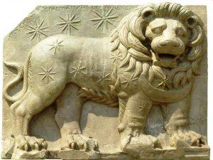 """Adıyaman'ın Kahta İlçesi'nde bulunan Kommagene Krallığı Dönemine ait olduğu belirlenen 2000 yıllık bu aslanın üstündeki yıldızlar yan yana getirildiğinde, Kral I. Antiochos'un tahta çıktığı yıl ortaya çıkıyormuş. Dolayısıyla bir horoskop ve yıldız haritası olan bu aslan UNESCO tarafından """"Dünya Kültür Mirası"""" listesine alınmış. Aşırı yağışlardan dolayı oldukça hasar gören bu eser, yeterince hasar gördükten sonra Nemrud Dağından alınıp Kahraman Maraş Müzesi'ne nakledilmiş."""