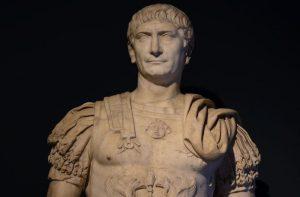 Roma İmparatoru Hadrianus (MS 76-138) Kıyafetlerinde aslanı kullanma tarihleri ne zamana rastlamaktadır. Hadrianus, gerçekten aslan başlı sandaletleri gitmiş midir, yoksa bu heykelini yapan sanatçının işi midir?