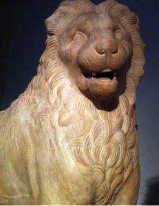 Halikarnas Mozolesi'ne ait bir aslan heykeli. MÖ 350. British Müzesi'nin önemli eserlerindendir.