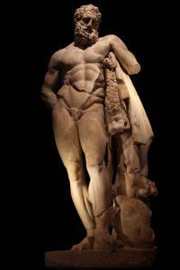 Alanya Müzesi'ndeki Herakles heykelinde, Herakles, tüm betimlemelerde olduğu gibi, avladığı aslanın postuyla resmedilir ve avlanan aslanın başı posttan asla koparılmaz.