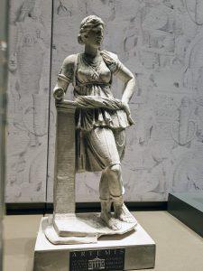 İstanbul Arkeoloji Müzesi'nde bulunan Artemis Heykelinin ayağında da aslan başlı deri çarıktan var.