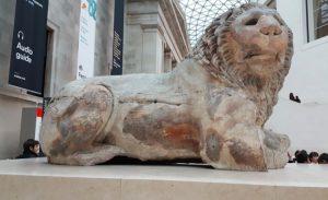 Ülkemizden İngiltere'ye kaçırılan Knidos aslanı, şimdi British Müzesi'nin giriş kapısını süslüyor.
