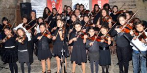Antalya'da 500 çocuk keman çalıyor.
