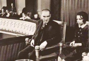 Mustafa Kemal Atatürk Senfoni Orkestrasını dinlerken çekindiği bir fotoğrafı