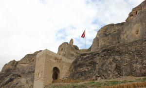 Zengibar Kalesi tarihler boyunca nice savaşlara tanıklık etti. Yıkıldı, yeniden yapıldı. Binlerce yıllık şöhretli geçmişinin ardından bugün halen görebilmenin değeri paha biçilemez.
