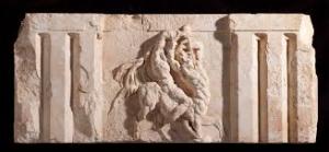Ptolemaion anıtının üstünde yer alan frizden sadece bize kalan küçük bir parça. Antalya Müzesinde sergilenmektedir.